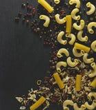 意大利面食和香料 免版税库存图片