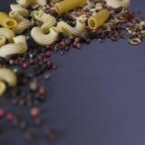 意大利面食和香料 库存图片