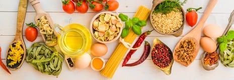 意大利面食和香料 免版税库存照片