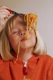 意大利面食女孩。 免版税库存图片
