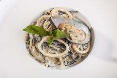意大利面食用在牌照的海鲜 图库摄影