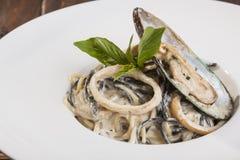 意大利面食用在牌照的海鲜 库存照片