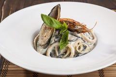 意大利面食用在牌照的海鲜 免版税图库摄影