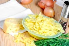 意大利面食用在表的莳萝 库存图片
