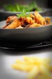 意大利面食用蕃茄和橄榄 免版税库存图片