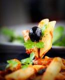 意大利面食用蕃茄和橄榄 免版税图库摄影