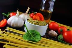 意大利面食的成份用pesto调味汁 免版税库存图片