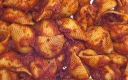 意大利面食红色调味汁形状的壳 库存照片