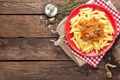 意大利面食bolognese 面团服务用绞细牛肉肉、蕃茄、葱、红萝卜和麝香草调味汁  免版税库存图片