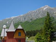 意大利风景在夏天-多雪的山和房子 免版税库存图片