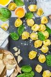 意大利食物和成份、手工制造意大利式饺子用菠菜和乳清干酪 库存图片