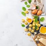 意大利食物和成份、手工制造意大利式饺子用菠菜和乳清干酪 图库摄影