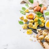 意大利食物和成份、手工制造意大利式饺子用菠菜和乳清干酪 免版税库存图片