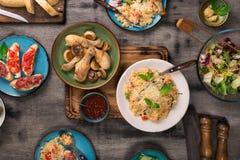 意大利食物品种在木桌上的 免版税库存图片