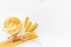 意大利食物概念各种各样的种类在白色背景顶视图copyspace的面团 图库摄影