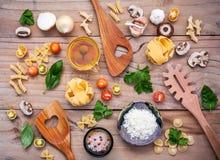 意大利食物概念和菜单设计 与木sp的意大利细面条 库存图片
