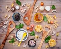 意大利食物概念和菜单设计 与木sp的意大利细面条 免版税库存图片