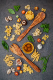 意大利食物概念和菜单设计 与木sp的意大利细面条 库存照片