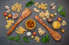 意大利食物概念和菜单设计 与木sp的意大利细面条 免版税图库摄影