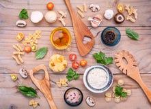 意大利食物概念和菜单设计 与木sp的意大利细面条 图库摄影