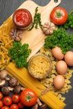 意大利食物概念 背景樱桃成份查出意大利面食意粉蕃茄白色 樱桃蕃茄, spaghe 免版税库存照片