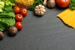 意大利食物概念 背景樱桃成份查出意大利面食意粉蕃茄白色 樱桃蕃茄, spaghe 免版税库存图片