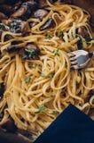 意大利食物概念 面团背景用蘑菇和cre 免版税库存图片
