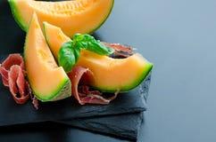 意大利食物的概念用瓜和熏火腿 免版税库存照片