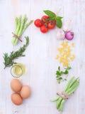 意大利食物背景,用藤蕃茄,芦笋,蓬蒿, s 免版税图库摄影