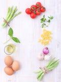 意大利食物背景,用藤蕃茄,芦笋,蓬蒿, s 库存照片
