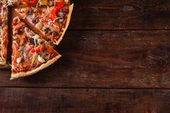 意大利食物背景 在桌上的薄饼切片 免版税库存照片