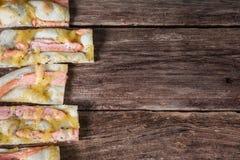 意大利食物背景 薄饼在桌上的 免版税库存照片