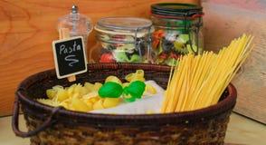意大利食物,在篮子的混杂的干面团选择与蓬蒿 免版税库存图片