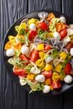 意大利食物:与菜和无盐干酪clos的farfalle面团 库存图片