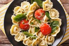 意大利食物:与菠菜和巴马干酪特写镜头的意大利式饺子在a 免版税库存图片