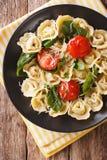 意大利食物:与菠菜和巴马干酪特写镜头的意大利式饺子在a 免版税库存照片