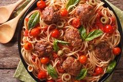 意大利食物:有丸子和西红柿酱特写镜头的意粉 免版税库存图片