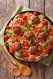 意大利食物:有丸子和西红柿酱特写镜头的意粉 免版税图库摄影