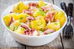 意大利食物:沙拉用章鱼、土豆和葱 库存图片