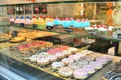 意大利食物:油炸圈饼和杯形蛋糕在销售中在威尼斯,意大利 免版税库存照片