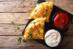 意大利食物:薄饼calzone用肉、菜和乳酪克洛 库存图片