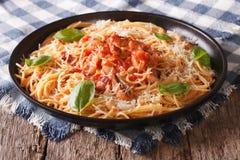 意大利食物:面团用Amatriciana调味汁和蓬蒿特写镜头 免版税库存照片