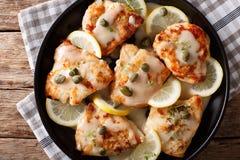 意大利食物:鸡piccata用调味汁,柠檬和雀跃关闭 免版税图库摄影