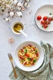 意大利食物:Fusilli与意大利沙拉油的意大利面制色拉 图库摄影