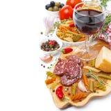 意大利食物-乳酪、香肠、面团、香料和酒  库存照片