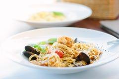 意大利食物-意粉面团用海鲜-淡菜和虾 免版税库存照片