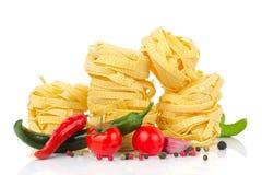意大利食物-意粉,蕃茄,蓬蒿,橄榄油的大蒜 免版税库存照片