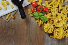 意大利食物-面团,酒,蕃茄,蓬蒿 图库摄影