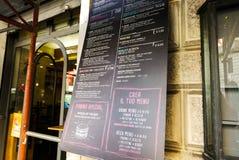 意大利餐馆` s菜单桌 手写的黑板 审美图象 意大利 罗马 2015年7月 免版税库存图片