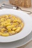 意大利馄饨充塞用肉在汤烹调了 免版税库存图片